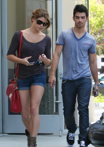 ashley greene joe jonas coffee 13 Joe Jonas engañó en Brasil a Ashley Greene