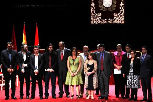 El alcalde de alcal de henares entrega a isabel allende for Ciudad 10 alcala de henares