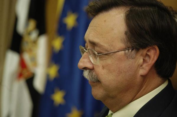 El presidente de Ceuta, Juan Vivas (PP), se ha congratulado en declaraciones a los medios por los nombres de los ministros que Mariano Rajoy ha elegido para ... - juan-vivas-alegra-gobierno-rajoy-equipo-verdaderos-amigos-ceuta-melilla_1_1020314