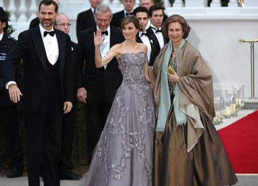 dña. letizia elige un vestido palabra de honor lavanda, de felipe