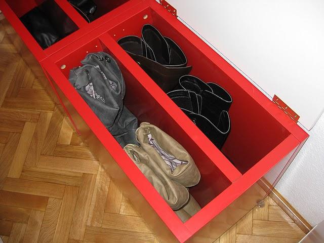 http://es.globedia.com/imagenes/noticias/2011/6/14/ikea-hack-mesilla-convertida-zapatero-botas_8_752123.jpg