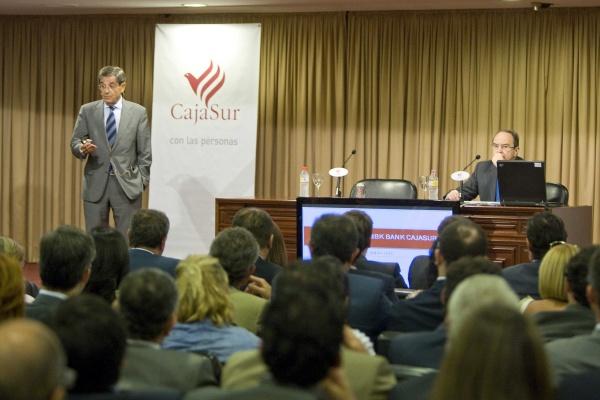 Econom a finanzas el presidente de bbk muestra su for Oficinas caja sur
