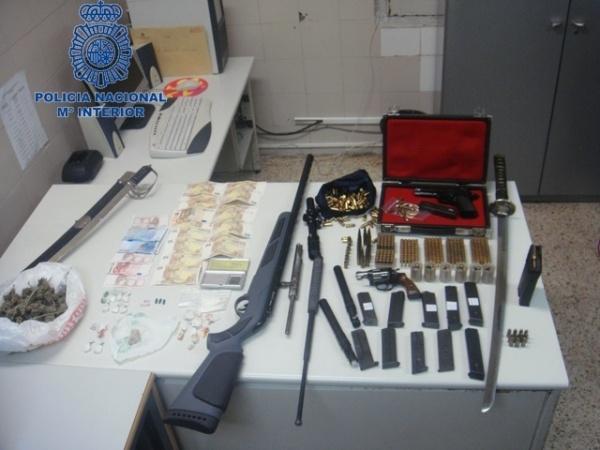La polic a desmantela un punto de venta de drogas al for Porte y tenencia de armas de fuego en republica dominicana