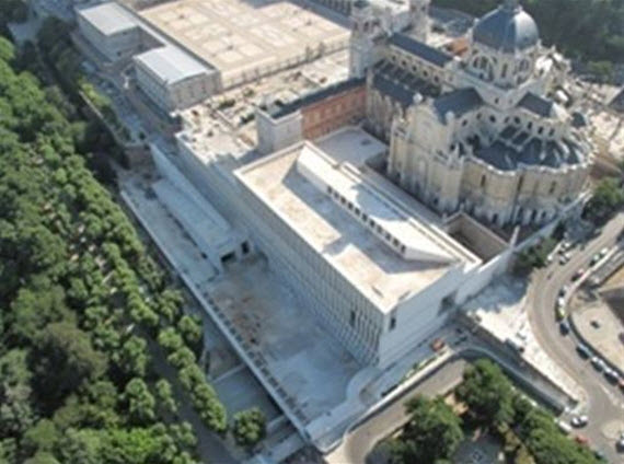 el contrato de esta tercera fase abarca la construccin de la envolvente del museo esto es las cubiertas y fachadas