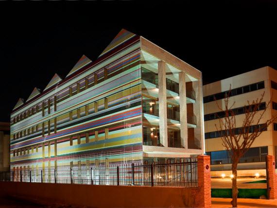 este edificio de metros cuadrados de superficie una altura mxima de metros y capacidad para albergar a es obra del arquitecto