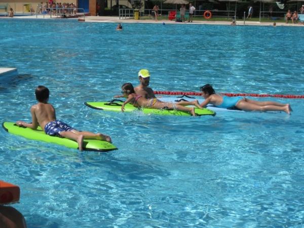 Nadar en piscinas con exceso de cloro puede aumentar las posibilidades de - Cloro en piscinas ...